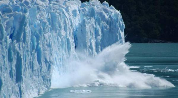 A huge piece of ice breaking off the 80m high Glaciar Perito Moreno, El Calafate, Argentina