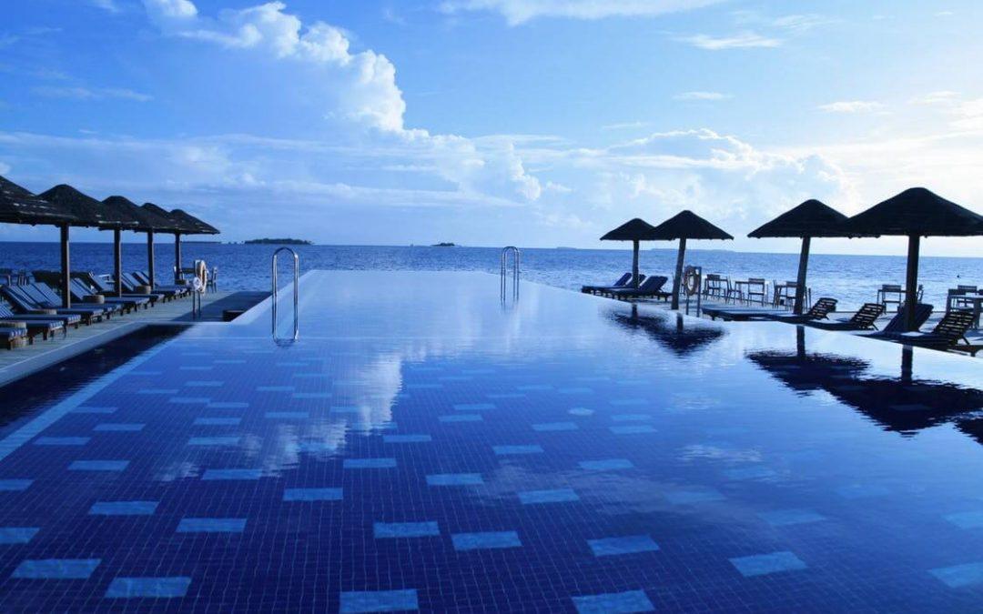 Como construir uma piscina de borda infinita?